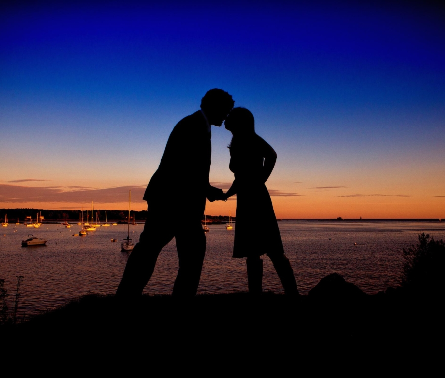 Favorite engagment pictures - couple in front of maine lighthouse